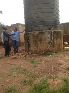 Depósito de agua en la escuela Archbishop Kiwanuka